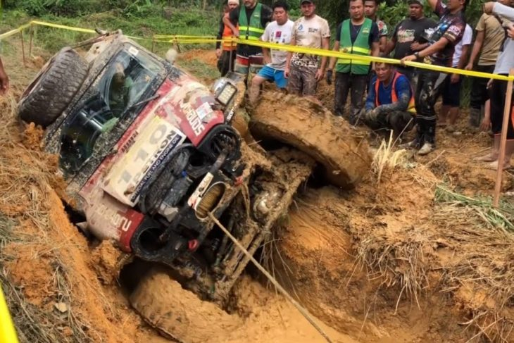 OFF ROAD Muding Extreme 4×4 in Rainforest Challenge